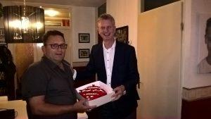 Frits Sparnaaij ontving de Rode Taart uit handen van raadslid Laurens de Kleine